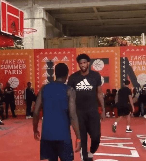 Joel Embiid postérise un jeune baller puis lui jette un regard noir