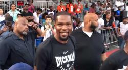 Kevin Durant fait une arrivée surprise à Dyckman