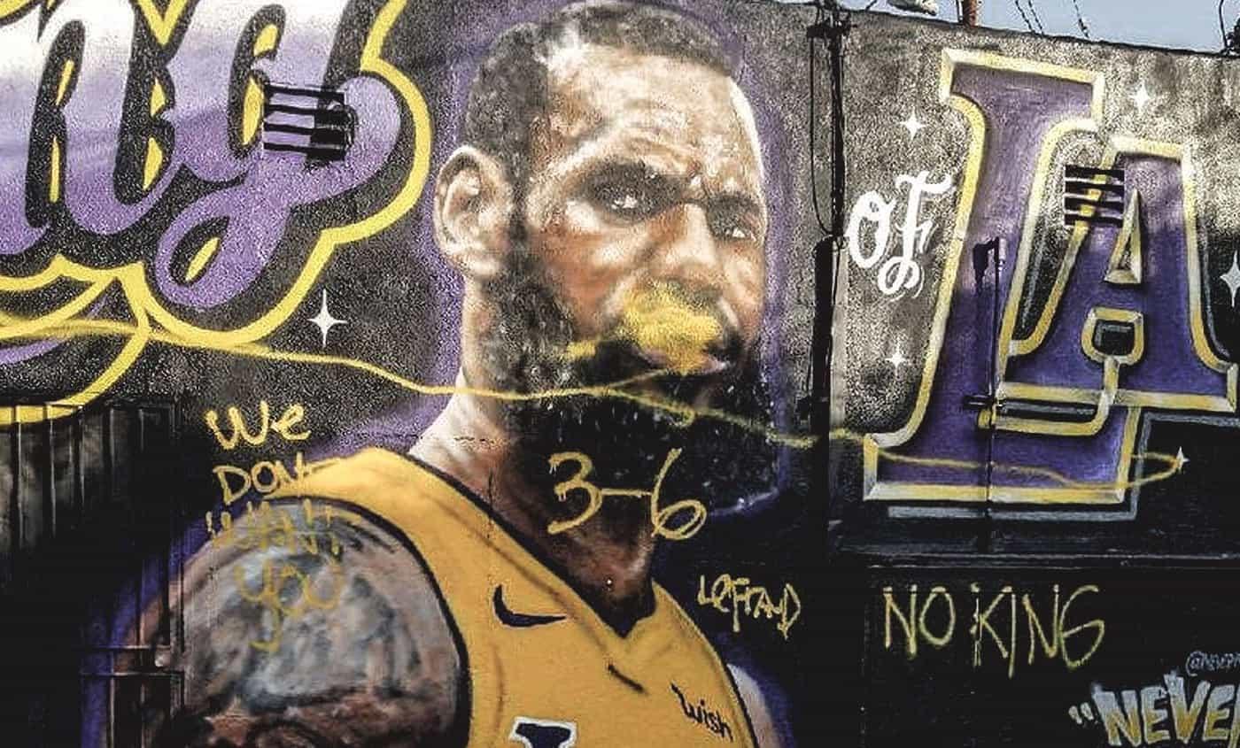 Vidéo : Les images du vandale qui a bousillé le mur de LeBron