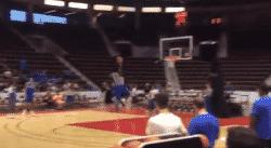 Zion Williamson dunke déjà depuis la ligne !