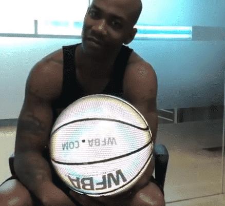 Stephon Marbury fait la promo d'un ballon lumineux…