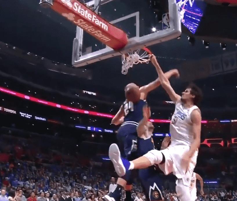 Boban Marjanovic a déplacé le panier sur un dunk !