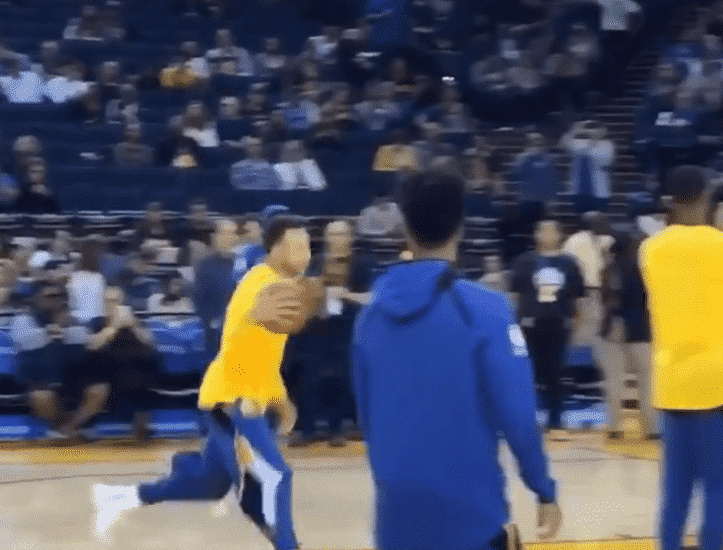 Stephen Curry a mis un panier impossible à l'échauffement