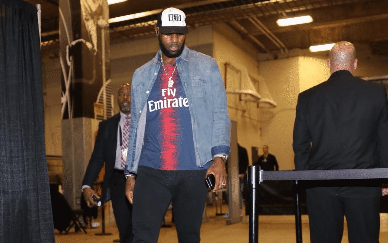 LeBron s'affiche avec un maillot du PSG