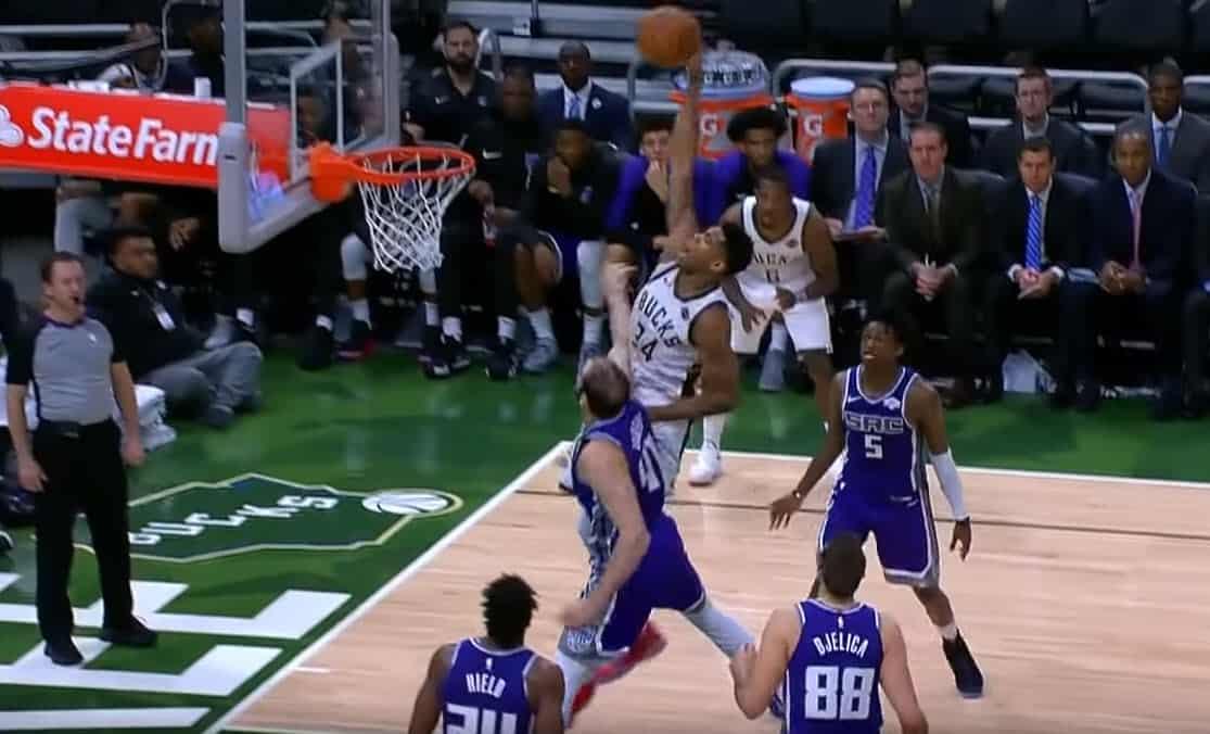Giannis claque le dunk du début de saison sur Koufos !
