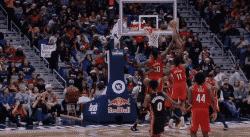Top 10 : Derrick Jones Jr grimpe sur trois Pelicans