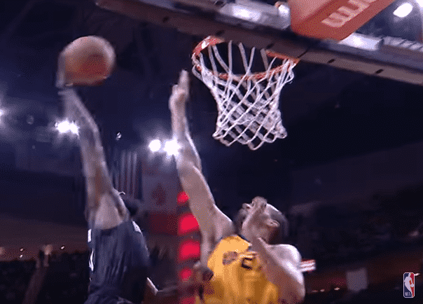 Top 10 : James Harden postérise Rudy Gobert