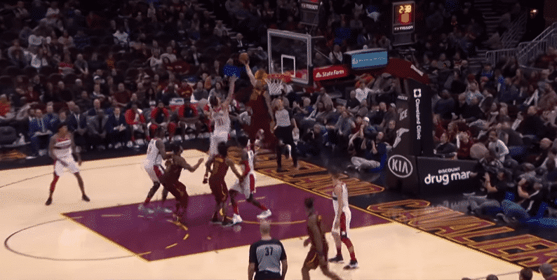 Top 10 : Larry Nance Jr claque un énorme alley-oop