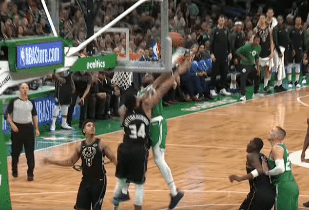 Top 10 : Jaylen Brown postérise Giannis Antetokounmpo !