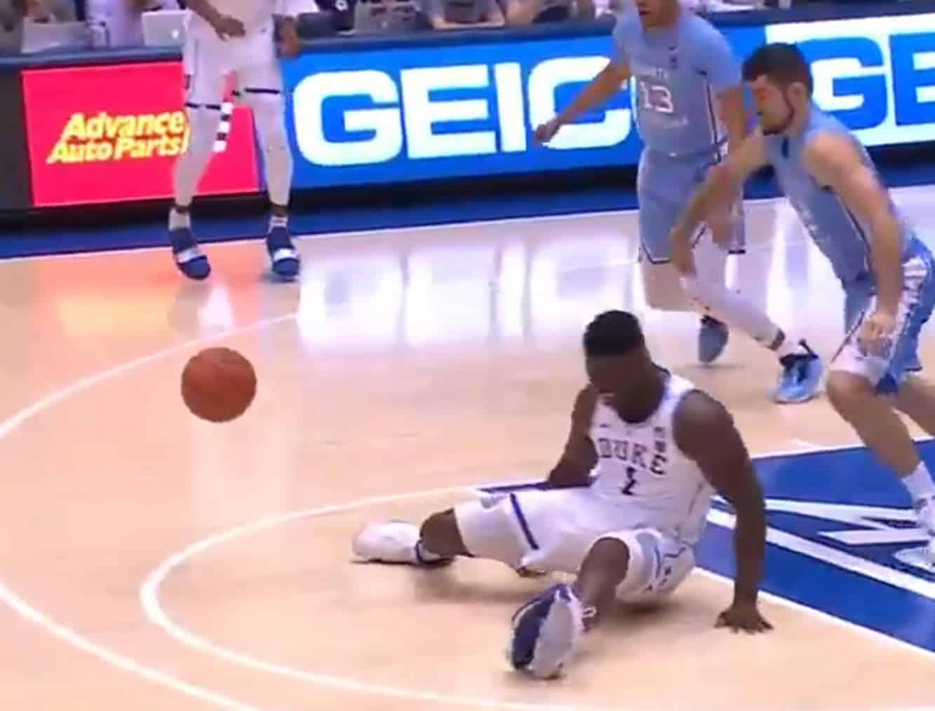 Zion Williamson explose sa Nike, se blesse au genou