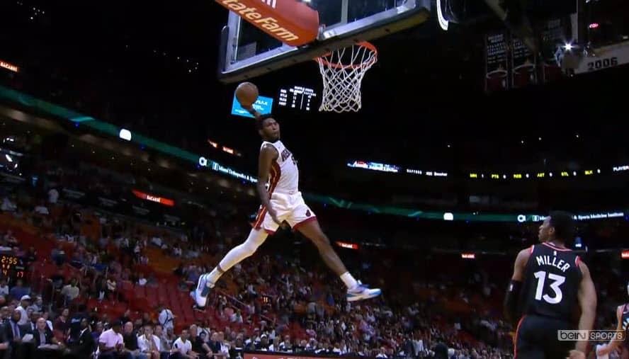 Derrick Jones décolle et claque le «dunk» le plus étonnant de la saison