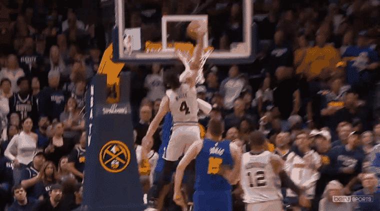 Le dunk énorme de Derrick White sur Millsap