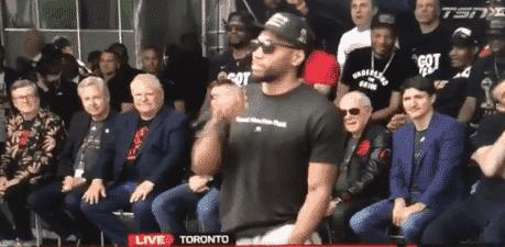 Kawhi Leonard imite son propre rire pendant la parade