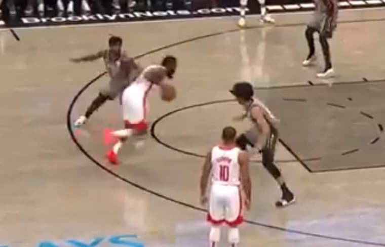 James Harden rentre un méchant crossover à Kyrie Irving