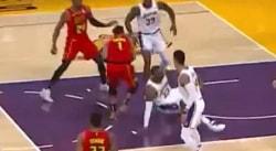 LeBron finit par terre sur un move d'Evan Turner !
