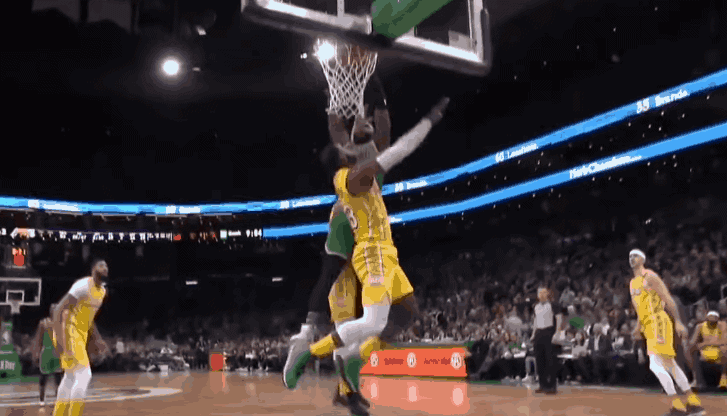 Jaylen Brown a calé un énorme dunk sur LeBron James !