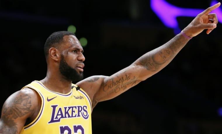 LeBron James, King acclamé par le public des Rockets