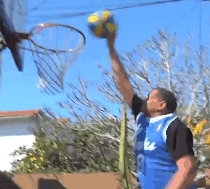 Le Hall Of Famer Marques Johnson, 64 ans, dunke encore (par-dessus deux tacos)
