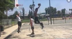 Quand Derrick Jones Jr posterisait un amateur sur un playground de Los Angeles