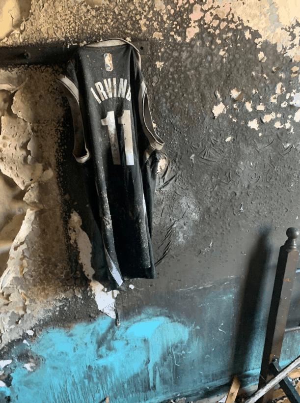 Une maison prend feu, tout brûle sauf… un maillot de Kyrie Irving
