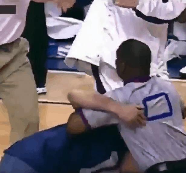 Quand Mark Cuban faisait semblant de se battre avec un arbitre…