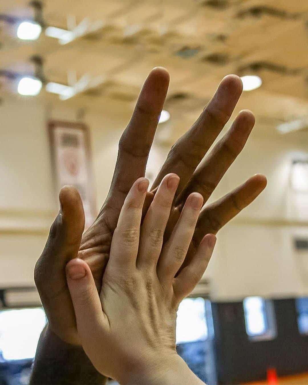 Comparaison mains de Kawhi Leonard
