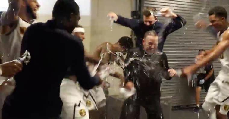 Les Denver Nuggets exultent dans le vestiaire après la victoire, ce groupe est magnifique !