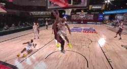 Ouch ! Rajon Rondo percute violemment Jimmy Butler et l'envoie au tapis !