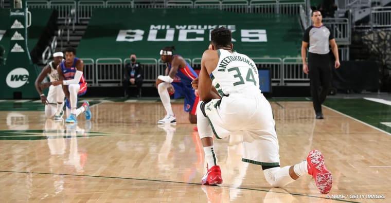 Genoux à terre, les joueurs NBA réagissent à une journée terrible aux Etats-Unis