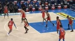 Le Thunder et les Hawks ont joué une mi-temps avec des maillots… de la même couleur