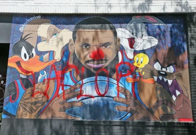 Même à Akron, LeBron James a des haters, la preuve