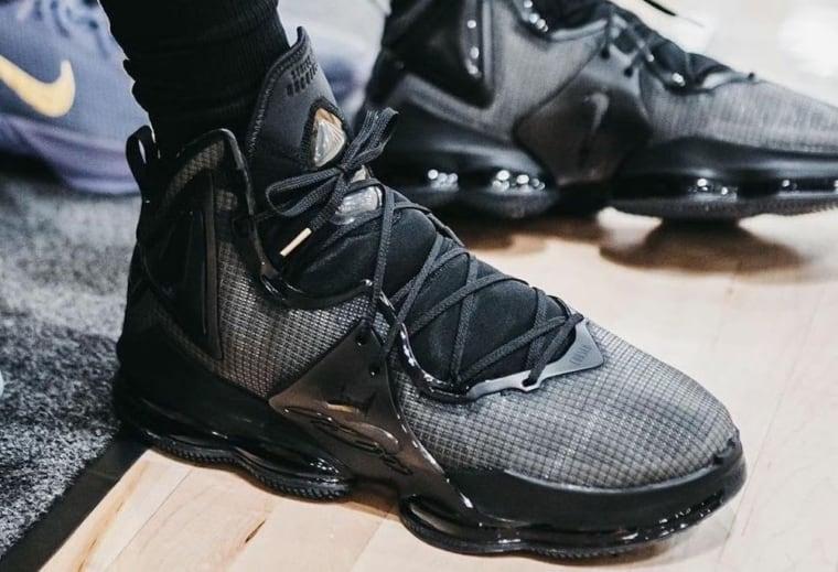 De nouvelles images de la Nike LeBron 19 dans un coloris full black